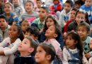 Los niños migrantes y refugiados del mundo podrían llenar medio millón de aulas, según un Informe de educación de la UNESCO